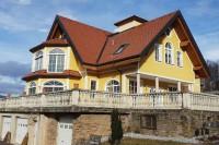 Landwirtschaftliches Anwesen mit exklusivem Wohnhaus mit ca.550 m² WFl., mit Nebengebäuden  Heuriger mit ca. 450 m²und Wirtschaftsgebäude mit  Lager  mit ca. 520 m² sowie ein Stallgebäude mit ca. 845 m² , Garagen  mit ca. 106 m² ca. 4,45 ha. Scheibengru